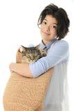 Adolescente joven con un gato en su bolso Fotografía de archivo libre de regalías