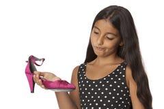 Adolescente joven con un zapato rosado del highheel Fotografía de archivo