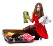 Adolescente joven con una maleta abierta Fotos de archivo