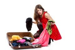 Adolescente joven con una maleta abierta Foto de archivo libre de regalías