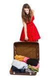 Adolescente joven con una maleta abierta Imágenes de archivo libres de regalías
