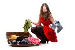 Adolescente joven con una maleta abierta Imagen de archivo