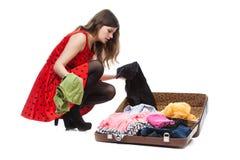 Adolescente joven con una maleta abierta Imagenes de archivo