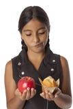 Adolescente joven con una manzana y un mollete Fotografía de archivo