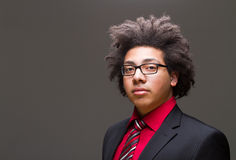 Adolescente joven confidente con afro Foto de archivo