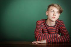 Adolescente joven de moda pensativo Imagenes de archivo