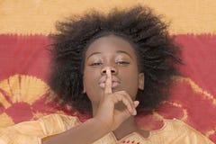 """Adolescente joven del Afro que dice el  del """"shh†Foto de archivo libre de regalías"""
