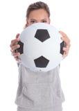 Adolescente joven del jugador de fútbol con la bola de los deportes fotografía de archivo libre de regalías