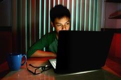 Adolescente joven delante de un ordenador portátil Foto de archivo