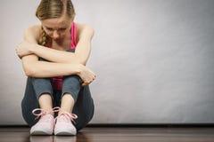 Adolescente joven deprimido triste que se sienta por la pared Fotografía de archivo