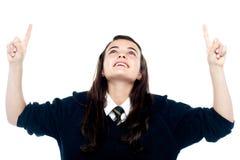Adolescente joven emocionado que mira hacia arriba Foto de archivo libre de regalías
