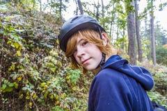 Adolescente joven en bosque Imágenes de archivo libres de regalías