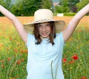 Adolescente joven en campo de la amapola Fotos de archivo
