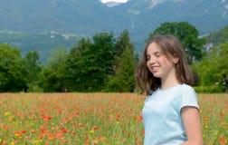 Adolescente joven en campo de la amapola Imagen de archivo