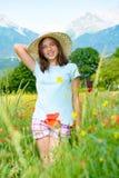 Adolescente joven en campo de la amapola Fotos de archivo libres de regalías