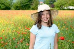Adolescente joven en campo de la amapola Imagen de archivo libre de regalías