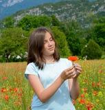 Adolescente joven en campo de la amapola Imagenes de archivo