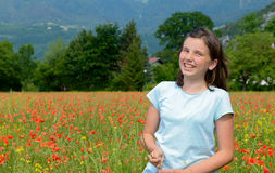 Adolescente joven en campo de la amapola Foto de archivo libre de regalías