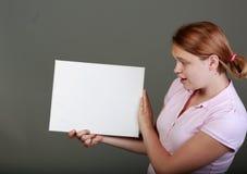 Adolescente joven en el estudio con una muestra en blanco Imágenes de archivo libres de regalías