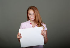 Adolescente joven en el estudio con una muestra en blanco Fotos de archivo