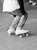 Adolescente joven en el monopatín en parque del patín Fotografía de archivo