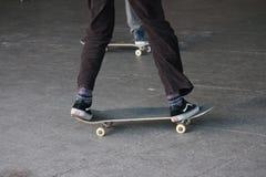 Adolescente joven en el monopatín en parque del patín Fotos de archivo