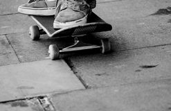 Adolescente joven en el monopatín en parque del patín Foto de archivo libre de regalías