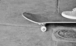 Adolescente joven en el monopatín en parque del patín Fotografía de archivo libre de regalías