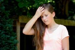 Adolescente joven en el parque con el pensamiento de la expresión facial Fotografía de archivo