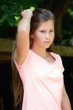 Adolescente joven en el parque con la expresión facial Imagen de archivo libre de regalías