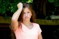 Adolescente joven en el parque con la expresión facial del dolor Fotos de archivo