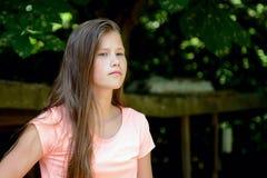 Adolescente joven en el parque con la expresión facial enojada Imagenes de archivo
