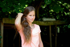 Adolescente joven en el parque con la expresión facial feliz Imagenes de archivo