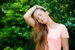 Adolescente joven en el parque con la expresión facial tranquila Imágenes de archivo libres de regalías