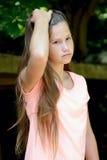 Adolescente joven en el parque con la expresión facial triste Imagen de archivo