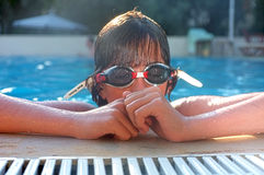 Adolescente joven en el poolside con las gafas Foto de archivo libre de regalías