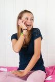 adolescente joven en el teléfono Foto de archivo libre de regalías