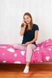 adolescente joven en el teléfono Foto de archivo
