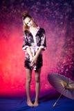 Adolescente joven en kimono floral en estudio Fotografía de archivo libre de regalías