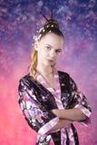 Adolescente joven en kimono floral en estudio Imagen de archivo libre de regalías