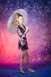 Adolescente joven en kimono floral en estudio Imágenes de archivo libres de regalías