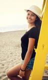 Adolescente joven en la playa en la puesta del sol Foto de archivo libre de regalías