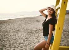 Adolescente joven en la playa en la puesta del sol Fotografía de archivo