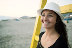 Adolescente joven en la playa en la puesta del sol Fotografía de archivo libre de regalías