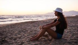 Adolescente joven en la playa en la puesta del sol Imagen de archivo libre de regalías