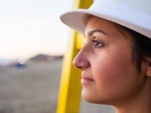 Adolescente joven en la playa en la puesta del sol Fotos de archivo libres de regalías