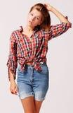 Adolescente joven en pantalones vaqueros y camisa Fotografía de archivo