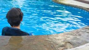 Adolescente joven en piscina de detrás con el espacio de la copia Imagen de archivo