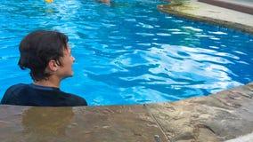 Adolescente joven en piscina de detrás con el espacio de la copia Imágenes de archivo libres de regalías