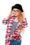 Adolescente joven en sombrero negro, vidrios y ropa colorida Fotografía de archivo libre de regalías